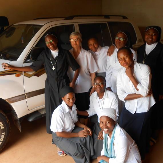 Parte de la comunidad de las Siervas de la Pasión de Mimbomán con el vehículo